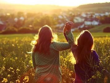 girls-friends-flowers